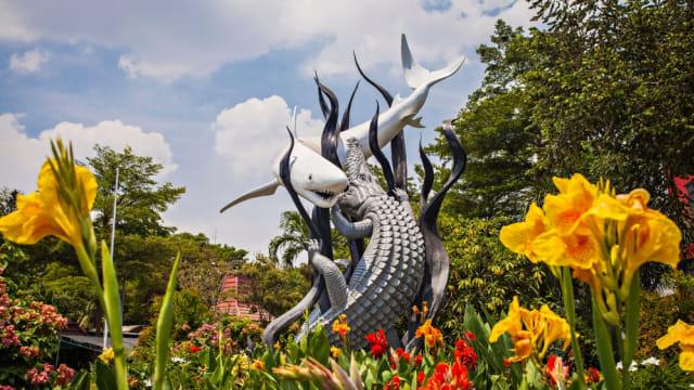 Monumen buaya dan hiu yang ikonik di Surabaya