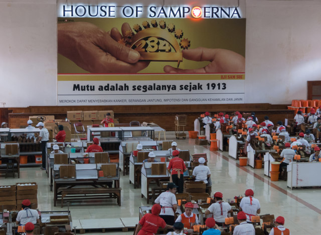 Para pekerja sedang melinting rokok di House of Sampoerna