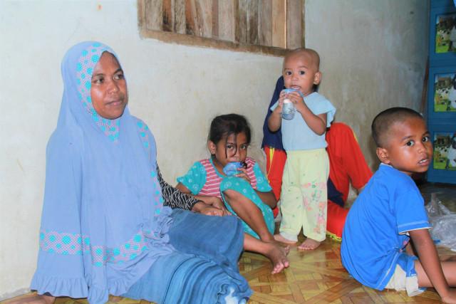 Wa Oni (35), istri Rasilu bersama empat orang anaknya saat di temuwi wartawan kendarinesi.id, sabtu 02 maret 2019.JPG