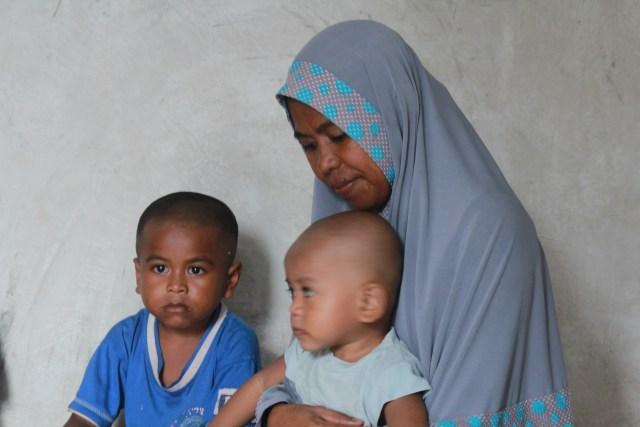 Wa Oni (35), Istri Rasilu sedang menggendong dua anak saat ditemui wartawan kendarinesia.id, sabtu, 02 maret 2019.JPG