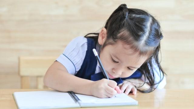 Ilustrasi anak belajar menulis
