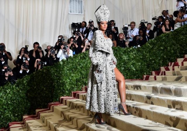 Barbados Ingin Turunkan Ratu Elizabeth II, Netizen: Gantikan Dia dengan Rihanna (64374)