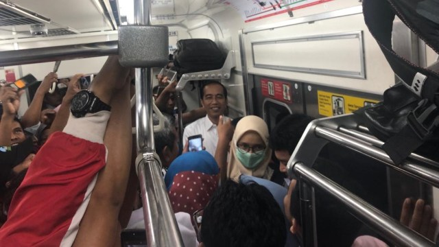 Jokowi naik KRL ke Bogor