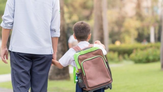 ayah mengantar anak sekolah