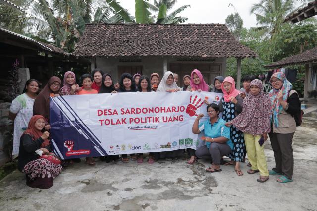 Warga Desa Sardonoharjo saat sosialisasi antipolitik uang