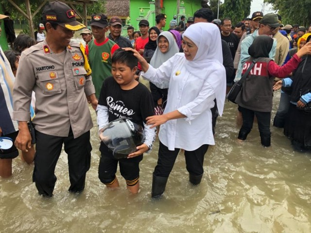 Gubernur Jawa Timur, Khofifah, di lokasi banjir di Madiun