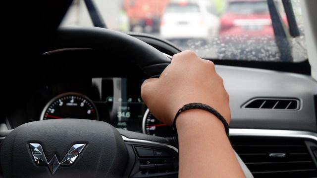 Ini Kondisi yang Diperbolehkan Mengemudi Mobil Pakai Satu Tangan (99672)