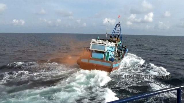 Kapal perikanan ilegal berbendera Vietnam