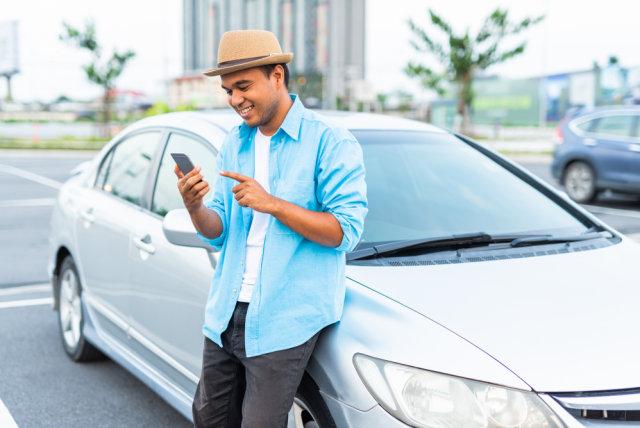 com-Ilustrasi Menyewa Mobil Lewat Smartphone