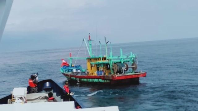 Kapal asing pencuri ikan berbendera Malaysia