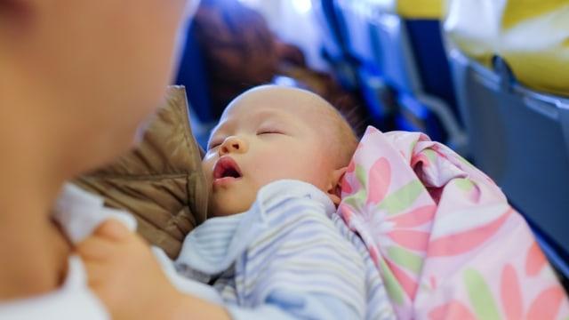Ilustrasi ibu membawa bayi saat traveling dengan pesawat