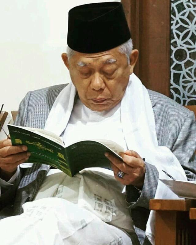 Ma'ruf Amin membaca kitab klasik menjelang debat (NOT COVER)