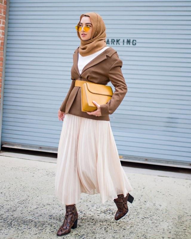 Tampilan busana hijab dengan pleated skirt