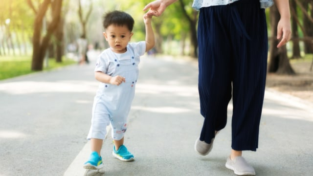 Perlukah Bantu Anak Balita Belajar Berdiri dan Berjalan? (101095)