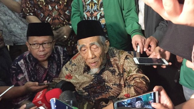 Dibujuk Keponakan Keluarkan Fatwa Pemilu Curang, Mbah Moen Menolak (12482)