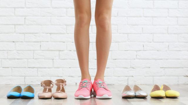 Ilustrasi Ibu Hamil Memilih Sepatu