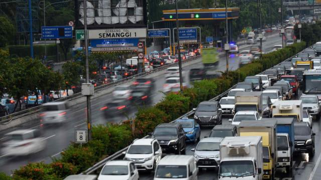 Kendaraan Melintas di Ruas Tol Kota Jakarta, Penerapan Transaksi Tol Tanpa Henti