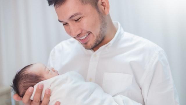 Parenting Islami: Hukum Menggendong Anak saat Salat (364872)
