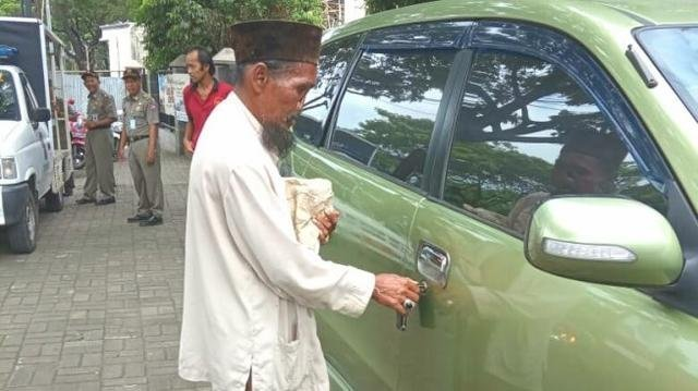 Pengemis di Bogor Tepergok Punya Mobil Pribadi (75244)