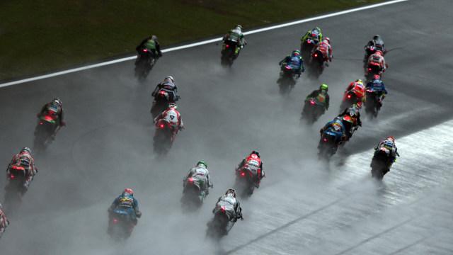 Mengapa Pebalap MotoGP Saat Belok Miring Pakai Ban 'Botak' Tidak Jatuh? (25196)