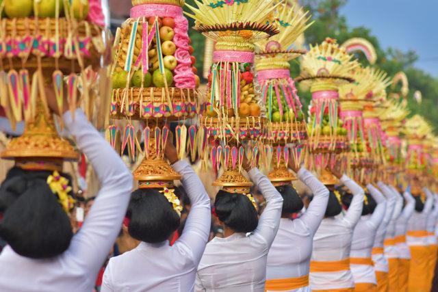 Perempuan Bali Membawa Gebogan