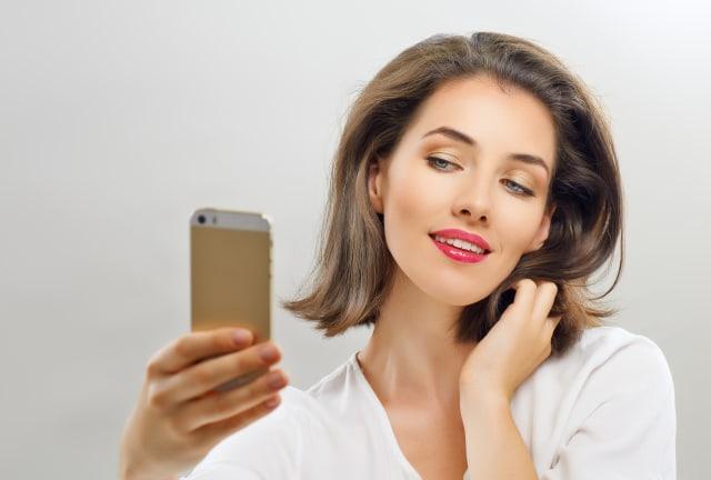 Ilustrasi perempuan selfie
