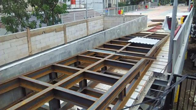 Warga Protes Material Proyek Skywalk Cihampelas Bandung Berjatuhan (67019)