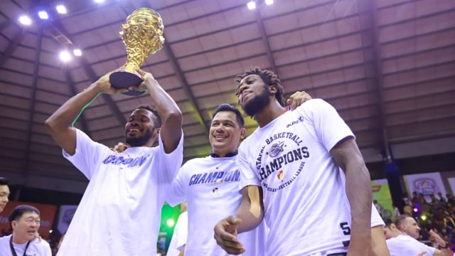 Foto: Stapac Angkat Trofi IBL Usai Menangi El Clasico Basket Indonesia (494856)