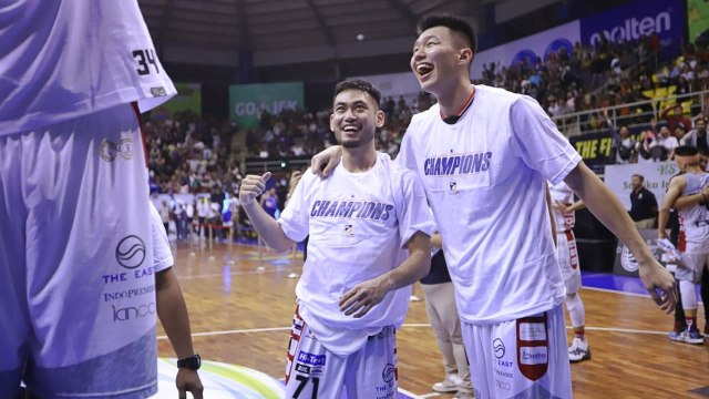Foto: Stapac Angkat Trofi IBL Usai Menangi El Clasico Basket Indonesia (494850)
