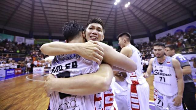 Foto: Stapac Angkat Trofi IBL Usai Menangi El Clasico Basket Indonesia (494846)