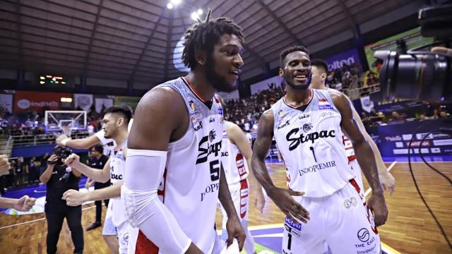 Foto: Stapac Angkat Trofi IBL Usai Menangi El Clasico Basket Indonesia (494847)