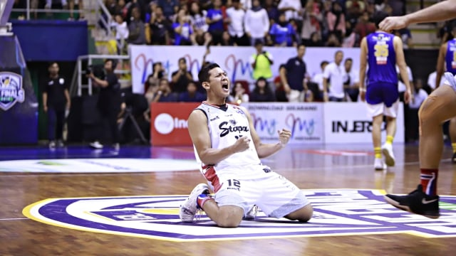 Foto: Stapac Angkat Trofi IBL Usai Menangi El Clasico Basket Indonesia (494845)
