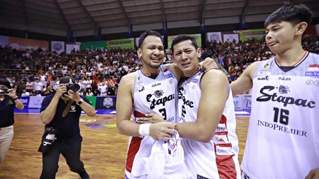 Foto: Stapac Angkat Trofi IBL Usai Menangi El Clasico Basket Indonesia (494849)