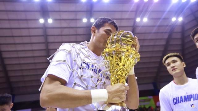 Foto: Stapac Angkat Trofi IBL Usai Menangi El Clasico Basket Indonesia (494855)