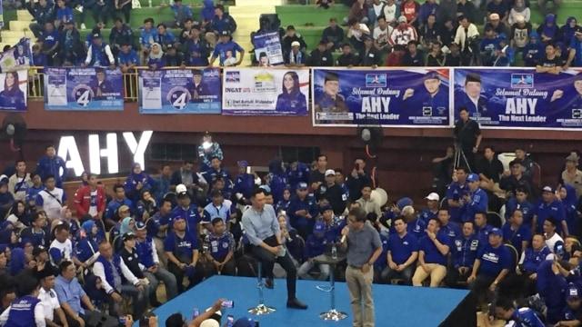 AHY dan Rocky Gerung dalam kampanye terbuka Partai Demokrat di GOR Ciracas