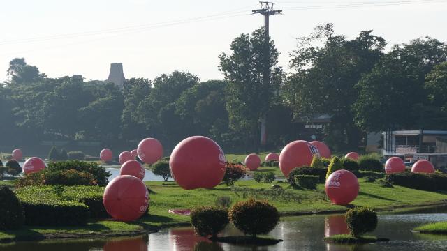 com-Bola-bola Merah IM3 Ooredoo di Taman Mini Indonesia Indah (TMII)