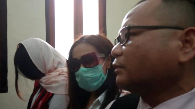 Dua muncikari prostitusi online yang melibatkan Vanessa Angel menjalani sidang perdana di PN Surabaya