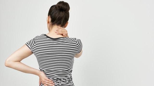 Ilustrasi wanita sakit punggung.