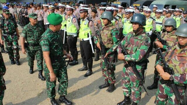 Personel gabungan TNI-Polri dikerahkan untuk menjaga kemanan berlangsung kampanye akbar capres nomor urut 01, Joko Widodo DI Lhokseumawe, Aceh