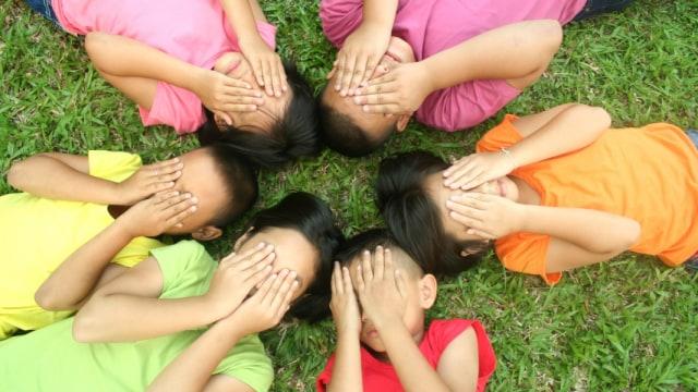 Ilustrasi anak menutup wajah saat bermain