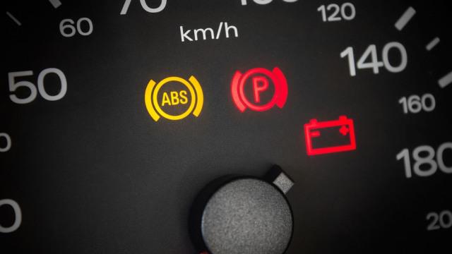 Indikator ABS yang menyala pada panel instrumen