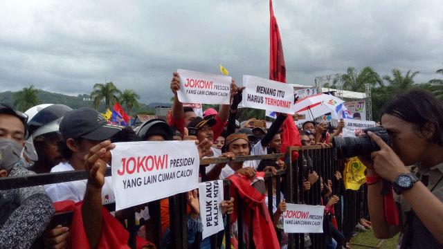 Kampanye di Mamuju, Jokowi dan Iriana Sapa Warga Sambil Naik Becak (333172)