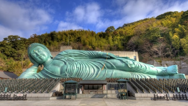 Patung Buddha tidur yang terkenal di Kuil Nanzoin, Jepang