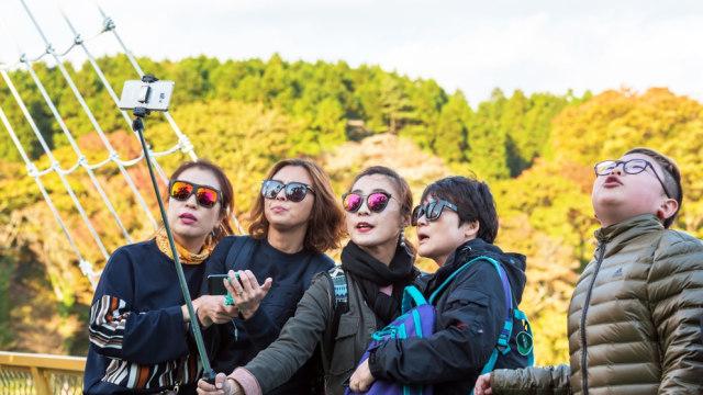 Wisatawan berfoto di Hakone, Jepang