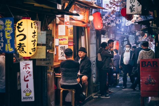 Ilustrasi pub di kawasan Shinzuku, Jepang