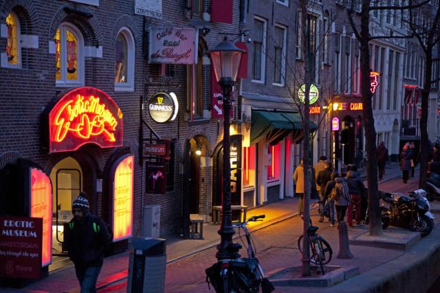 Mulai 2020, Pemerintah Amsterdam Larang Tur di Red Light District  (337298)