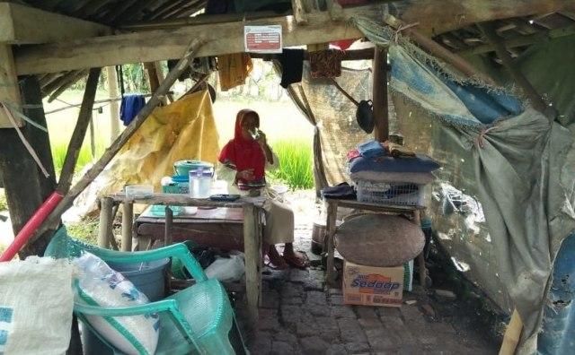 ilustrasi-kemiskinan-di-brebes-nenek-tinggal-di-gubuk-800x570.jpg