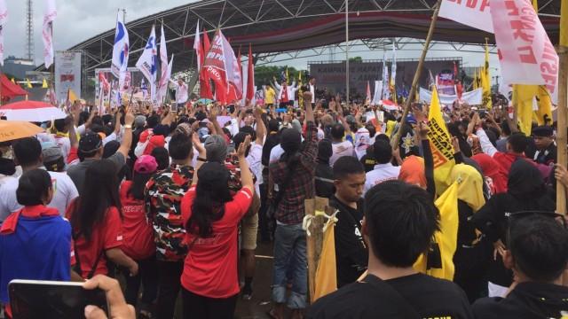 Capres 01 Jokowi memberikan pidato politiknga dalam kampanye terbuka di Lapangan Karebosi, Makassar Sulawesi Selatan, Minggu (31/3)