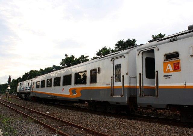 track-railway-train-transportation-transport-vehicle-1010967-pxhere.com.jpg