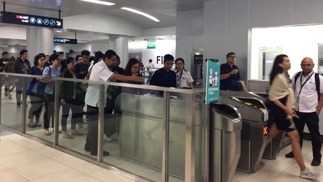 Penumpang MRT di stasiun Bundaran HI.